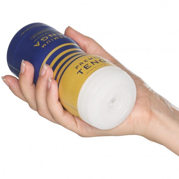 TENGA Premium Dual SensationOnaniprodukt Produktbilde med hånd 50